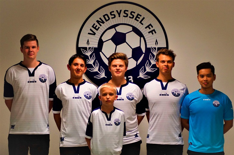 Anders Vejrgang, tercero por la izquierda, junto al resto de jugadores de Vendsyssel. Foto: Vendsyssel.