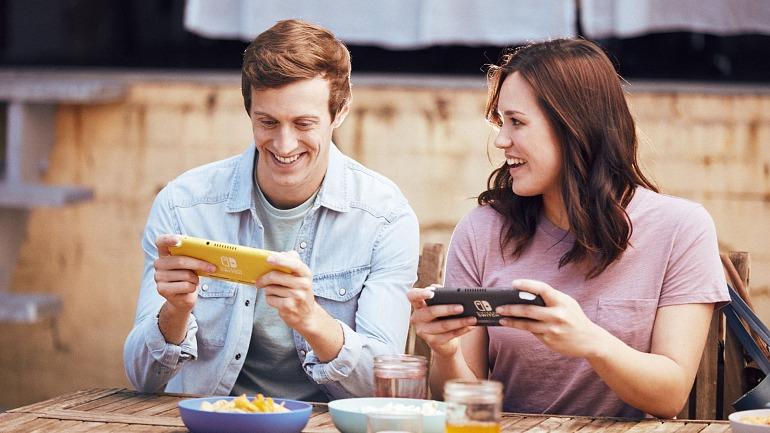 Dos accionistas de Nintendo miran entusiasmados el índice Nikkei.