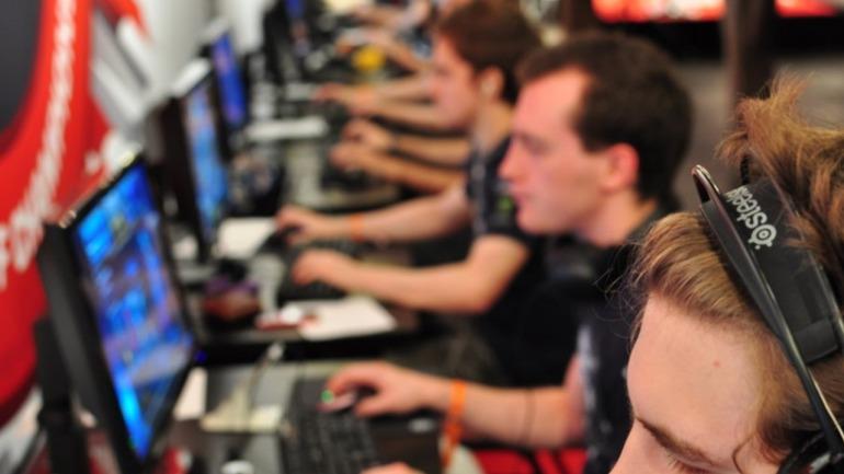Los deportes electrónicos han sido los principales impulsores del estándar competitivo actual en cuanto a periféricos, juegos como Starcraft II o CS fueron pioneros en el uso de teclados mecánicos en competición.