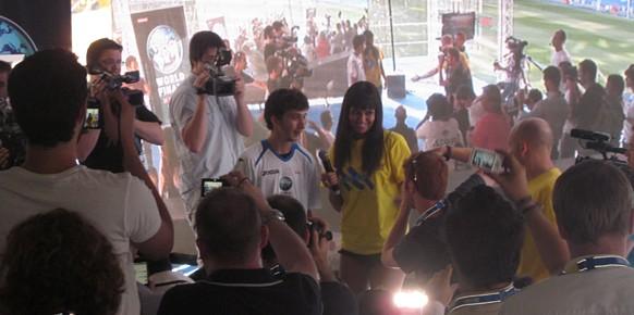 El campeón de las finales de la copa del mundo de PES afrontando multitud de flashes y grabaciones en compañía de Cristina Pedroche.