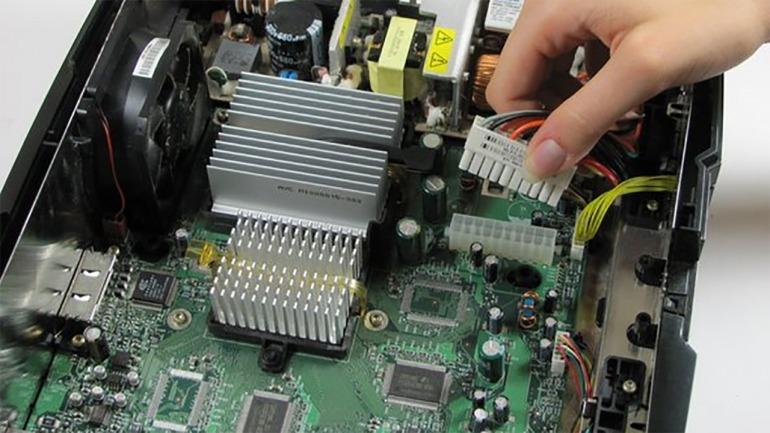 Interior de una Xbox original. Pueden apreciarse en su interior su similitud con un PC tradicional; siendo la placa principal el elemento más discordante.// Imagen: iFixit.