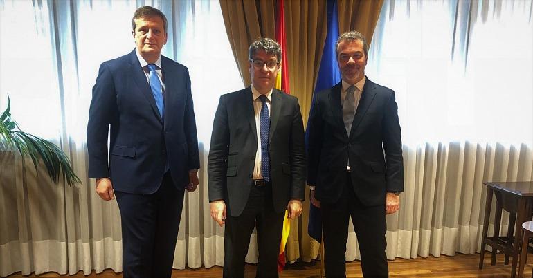 El presidente Alberto González Lorca y José María Moreno, director general de la Asociación Española de Videojuegos (AEVI), junto al ministro de Energía, Turismo y Agenda Digital Álvaro Nadal.