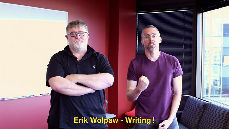 Erik Wolpaw junto a Gabe Newell, uno de los padres de Half Life y principal responsable de Valve.